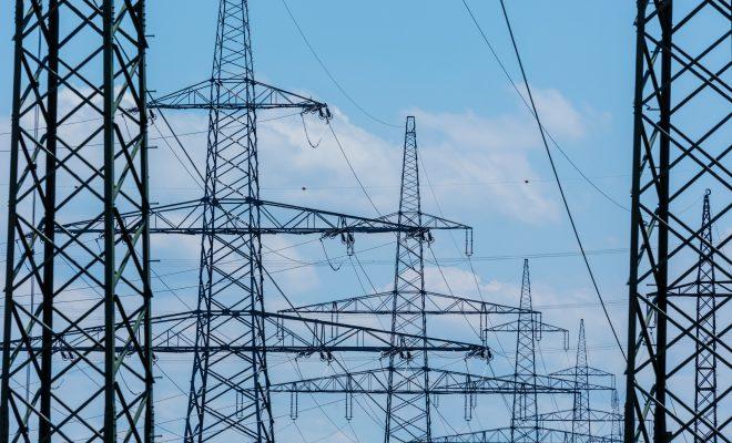 Masten einer Stromleitung. Hochspannungsmasten für elektrischen Strom.